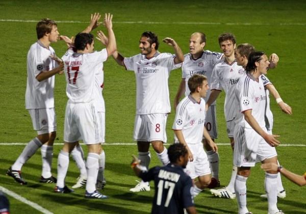 VENGA ESE ABRAZO. Olic ya ha marcado el primero y todo el Bayern celebra en Gerland (Foto: REUTERS)
