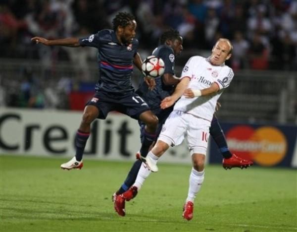 DESEQUILIBRIO PLENO. Robben salta con el camerunés Makoun. El holandés no marcó esta vez, pero igual fue figura (Foto: AP)