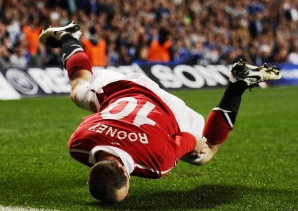 ÉL ES. Rooney celebró con esta acrobacia la conquista que le permitió al Manchester sacar una ventaja importante en su visita al Londres. (Foto: REUTERS)