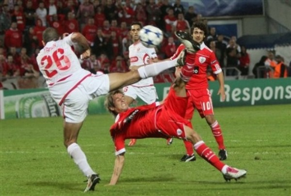 LO APAGÓ. Hapoel Tel-Aviv sorprendió al Benfica y con una goleada lo sacó de carrera (Foto: AP)