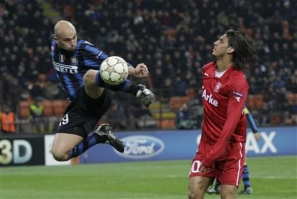 CAMBIÓ SU DESTINO. Con tanto del 'Cuchu' Cambiasso, Inter obtuvo una sufrida clasificación a Octavos ante el Twente holandés (Foto: AP)