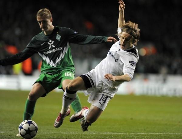 AVENTÓN A LA FAMA. Tottenham Hotspur consolidó su espectacular campaña en la Champions League con un 3-0 ante Werder Bremen, que no contó con Claudio Pizarro (Foto: AFP)