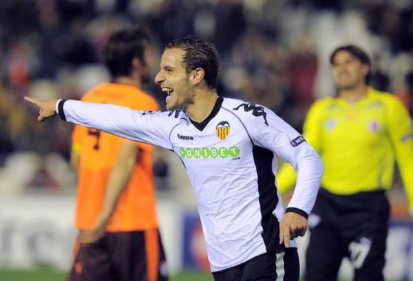 SOLDADO UNIVERSAL. Valencia tuvo en Roberto soldado a una de sus figuras en el espectacular 6-1 ante Bursaspor, que significó su acceso a la siguiente instancia de la Champions (Foto: AFP)
