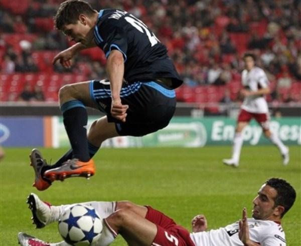 SALTO DEL TRIUNFO. Schalke 04 triunfo fuera de casa ante Benfica y se coronó como el mejor de su grupo (Foto: AP)