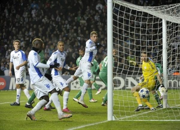 HISTORIA PURA. Los daneses del FC Copenhagen y el preciso instante en que convierten uno de los goles que le otorgó la histórica clasificación a Octavos (Foto: AP)