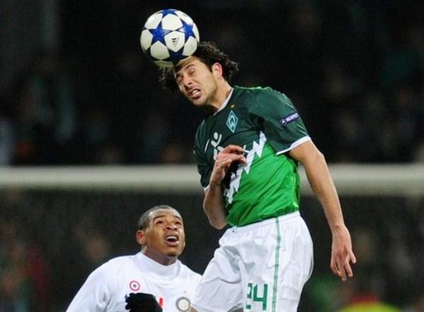 UNA CABEZA Y ALGO MÁS. Claudio Pizarro rapareció con gol en la victoria de Werder Bremen sobre Inter de Milán. Igual, la oncena alemana se despidió de la competencia (Foto: AP)