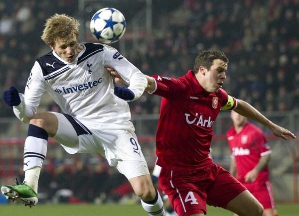 SUEÑO PROLONGADO. Tottenham cerró su brillante participación en la Fase de Grupos con un empate en Enschede que le otorgó el primer lugar de su serie por encima del favorito Inter (Foto: AP)