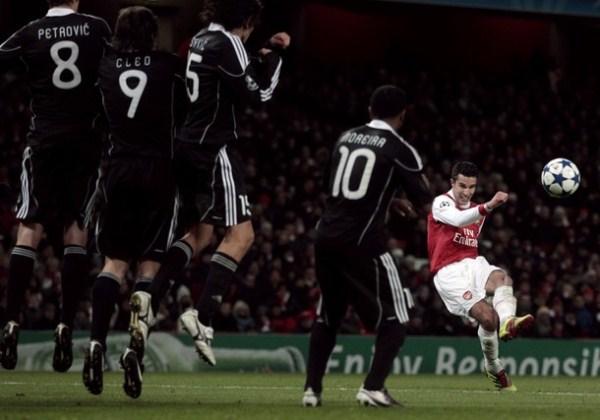 DIENTES APRETADOS. Con van Persie como una de sus figuras, Arsenal pudo vencer con cierta angustia al Partizan y acceder a la siguiente instancia de la Champions (Foto: AP)