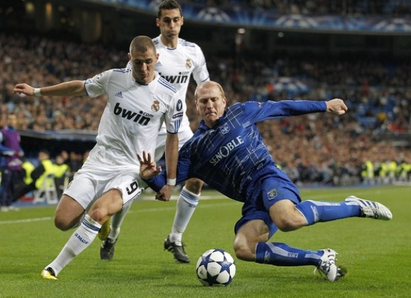 SU MAJESTAD, BENZEMA. Real Madrid jugó para cumplir con el calendario y vapuleó al Auxerre. El francés Karim Benzema fue la gran figura con su hat-trick (Foto: AP)