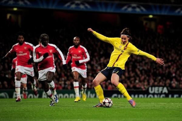 EN SU NOCHE. Zlatan Ibrahimovic saca el latigazo ante la pasividad de Bakary Sagna. El sueco estuvo inspirado en el Emirates Stadium y convirtió los dos tantos blaugranas (Foto: AP)
