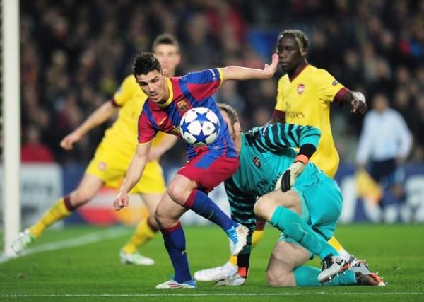 NINGUNA MARAVILLA. David Villa no pudo ante Almunia. En esta ocasión, 'El Guaje' tuvo dos frente al portero español pero no pudo concretar ninguna. (Foto: AFP)