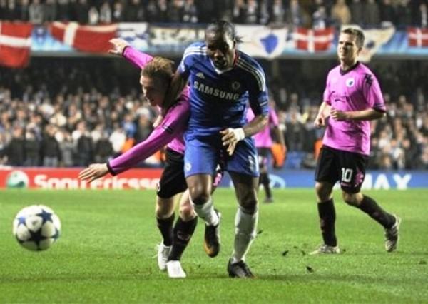 NO LO PARAN. Didier Drogba logra superar la marca de Oscar Wendt y se dispone a penetrar el área danesa. No obstante, el marfileño no estuvo fino en la definición. (Foto: AP)