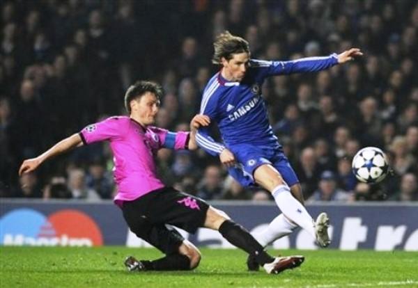 SE QUEDÓ CON LAS GANAS. El 'Niño' Torres no pudo marcar su primer gol con el Chelsea debido a la solidez que mostró la solidez del conjunto danés. (Foto: AP)