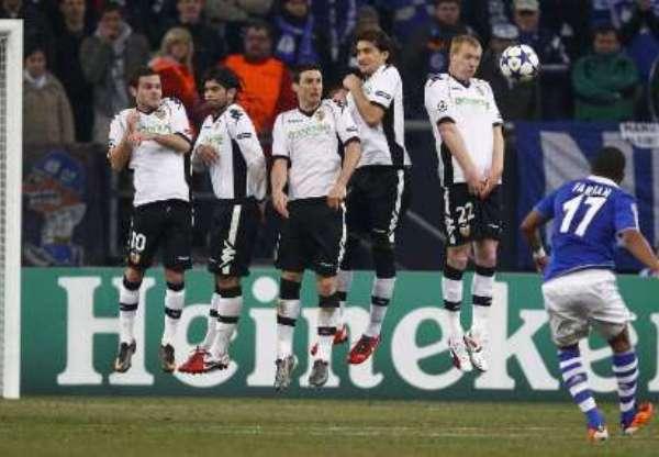 SIN PALABRAS. Este soberbio tiro libre de Farfán le dio el empate transitorio al Schalke. La 'Foquita' apareció cuando más lo necesitaba el conjunto alemán. (Foto: REUTERS)
