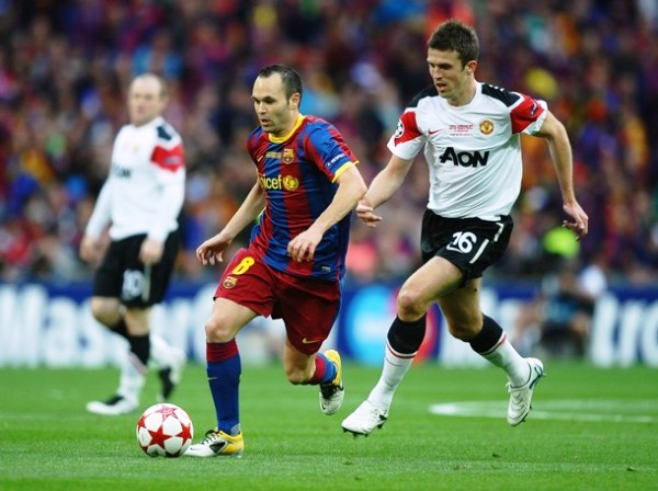POBRE HOMBRE. Carrick no pudo frenar a ninguno de los hombres del Barcelona.  (Foto: AFP)