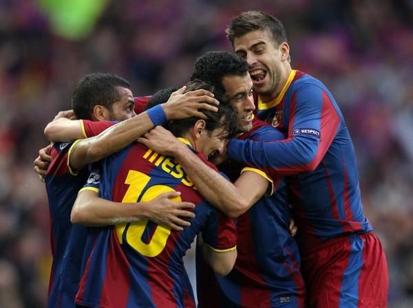 VAMOS A BAILAR WAKA WAKA. El gol de Pedro hizo delirar a los jugadores del Barcelona. Todos festejaron con el atacante. (Foto: AFP)
