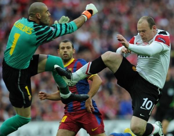 NO SE OLVIDEN DE ÉL.  Valdéz no desentonó cuando fue requerido. Este mano a mano con Rooney lo demuestra. (Foto: AFP)