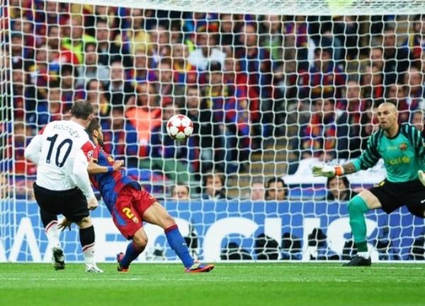 TOQUE MAESTRO. Rooney, con esta espléndida definición, puso el 1-1 transitorio en Wembley. (Foto: AFP)
