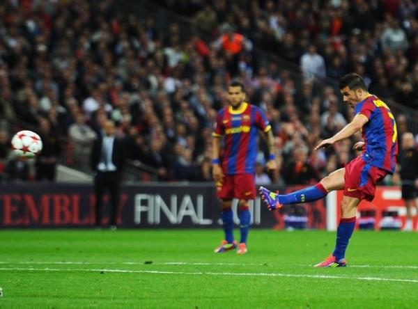 ¡QUÉ CALIDAD! Preciso instante en el que Villa logra pegarle al balón en lo que sería el tercer y último tanto del cotejo. (Foto: AFP)