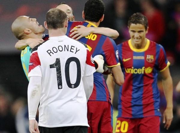 SANA ENVIDIA. Mientras Rooney se retira cabizbajo de la cancha, los jugadores del Barcelona inician las celebraciones por el título obtenido. (Foto: AFP)