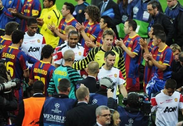 UN APLAUSO PARA ELLOS. En un gesto muy digno, los jugadores del Barcelona formaron un pasaje para despedir a sus pares del Manchester. (Foto: AFP)