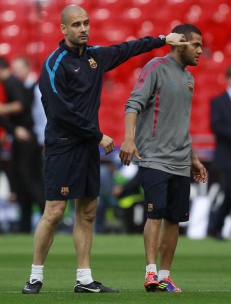 Guardiola bromea con Alves en Wembley: el estilo distendido y seguro de su propio arte. (Foto: Reuters)