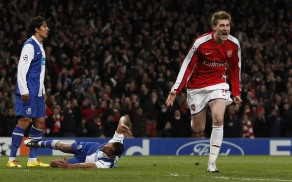 EL GRAN DANÉS. Bendtner estuvo todo lo certero que no había estado en la Premier: anotó dos tantos y celebró a rabiar (Foto: REUTERS)