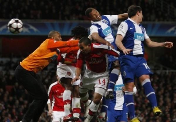 QUÍNTUPLE ACOSO. Ni defendiendo con uñas y dientes, el Porto pudo evitar los cinco goles 'gunners' en el arco de Helton (Foto: AP)