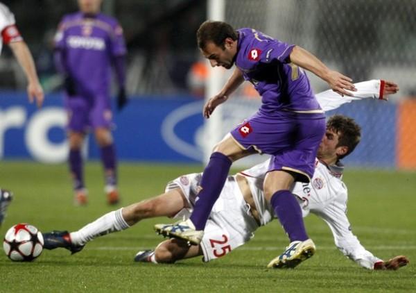 EN BUEN CRISTIANO. Thomas Müller se faja y se la arrebata a Cristiano Zanetti. El joven volante del Bayern no dejó de exigirse ni ante el más recio jugador 'viola' (Foto: REUTERS)