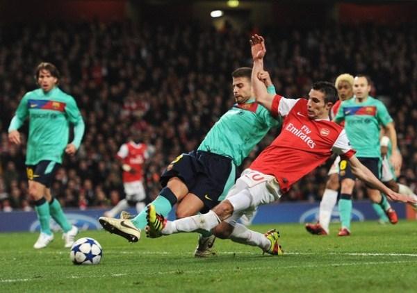 VAN POR LA GLORIA. Van Persie le dio el empate al Arsenal y fue pieza clave en el triunfo londinense, que le permite a los 'Gunners' soñar con la clasificación. (Foto: AP)