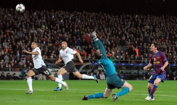TÍTULO DE LA FOTO 01. ME RINDO ANTE TI. Lionel Messi define a placer ante la salida de Almunia. Era el tercero de la 'Pulga' y el tercero de Barcelona (Foto: AP)