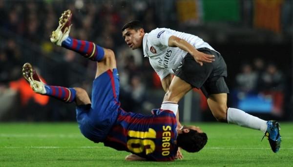 IMPOTENCIA PURA. El brasileño Denilson muestra sus pocos argumentos derribando al catalán Busquets (Foto: AP)