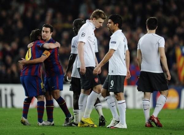 NEXT. Bojan y Xavi se abrazan. De la mano de Messí, Barça se metio a semifinales y rivalizará ante Inter (Foto: AP)