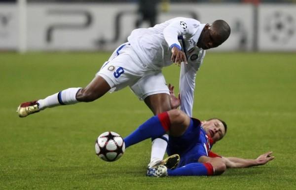 PIDIENDO PERMISO. Samuel Eto'o encara a un zaguero del CSKA con un poco de dificultad. El delantero camerunés cumplió tácticamente, pero le falto el gol (Foto: AP)