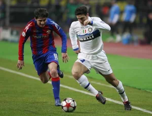 PUPILETRA. Javier Zanetti, que volvió a actuar por el perfil cambiado, fue un dolor de cabeza tanto en la marca como en la proyección. Acá la sufre Alan Dzagoev (Foto: AP)