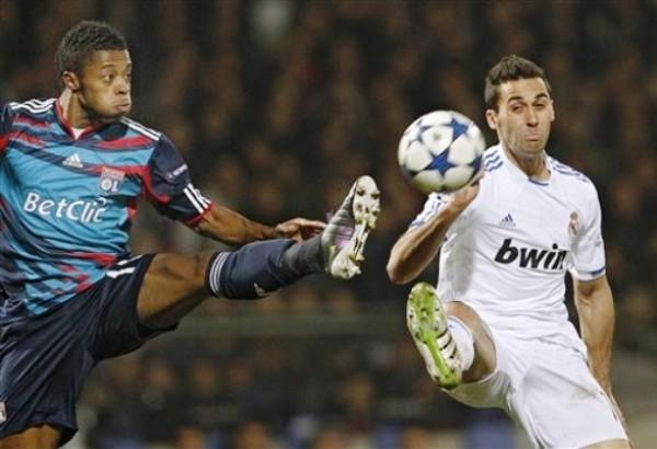 LA BATALLA DE LYON. El encuentro entre franceses y españoles fue muy disputado. En la imagen se observa cómo Arbeloa y Bastos se exigen al máximo para ganar un balón en el medio campo. (Foto: AP)