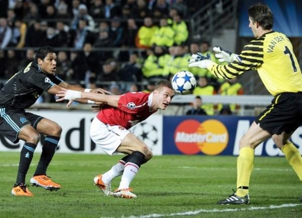 ¡STOP! Rooney no pudo cantar victoria en territorio francés. Edouard Cisse y compañía lograron detener su ímpetu y sed de triunfo. (Foto: AFP)
