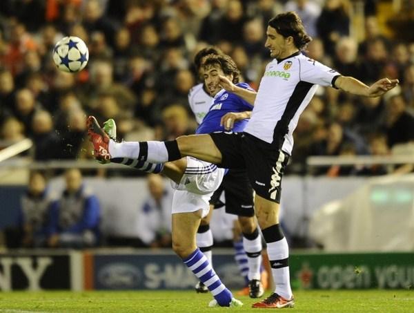 ÁNGEL HISTÓRICO. Raúl convirtió el empate del Schalke ante Valencia y batió dos records en un abrir y cerrar de ojos (Foto: AP)