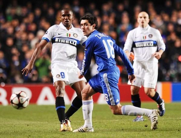 SAMI, EL HELADERO. Eto'o dejó fríos a los asistentes a Stamford Bridge con su gol. Acá pasa el balón ante Zhirkov (Foto: AP)