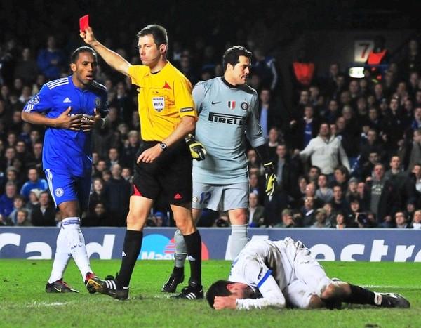 TE ME VAS. Drogba ve la roja luego de una fuerte entrada. Con la expulsión del marfileño, los 'blues' acabaron de derrumbarse (Foto: AP)