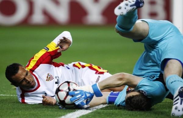 REVOLOTEADO. Luis Fabiano yace impotente ante el golero Akinfeev. El Sevilla no encontró cómo dañar el arco del CSKA (Foto: REUTERS)