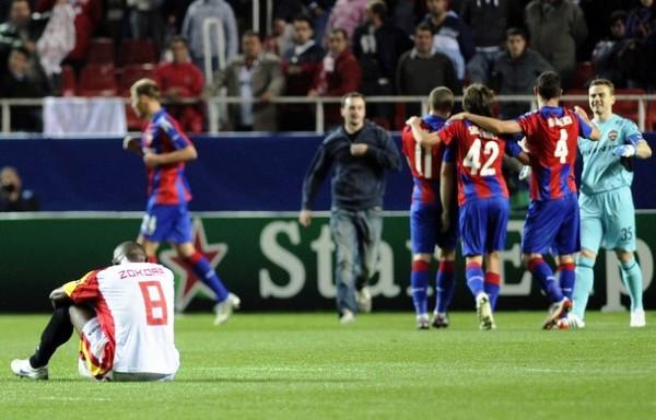 LA RESIGNACIÓN. Zokora no puede creerlo: el CSKA celebró en el Sánchez Pizjuán (Foto: REUTERS)