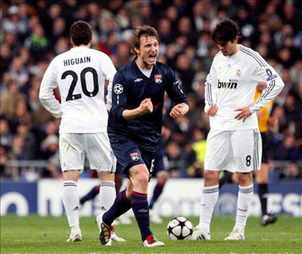 Olympique Lyon es, sin duda, la bestia negra del Real Madrid. Acá el duelo entre ambos por la edición 2009/2010, que determinó la eliminación merengue en Octavos (Foto: EFE)