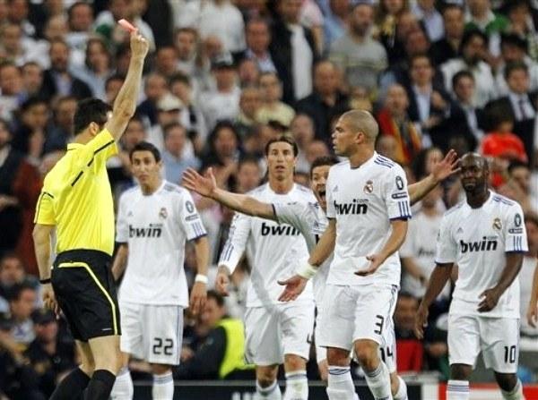 La expulsión de Pepe en el encuentro de ida podría hacer variar la táctica del Real Madrid de cara a la revancha. En ese sentido, se caería de madura la presencia de Kaká desde el vamos. (Foto: AP)