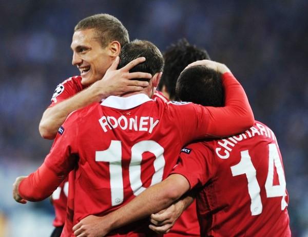 ROJO PASIÓN. Wayne Rooney celebra una de las conquistas de su equipo con Vidic y Hernández. Los jugadores del Manchester disfrutaron el partido disputado en Alemania. (Foto: AFP)