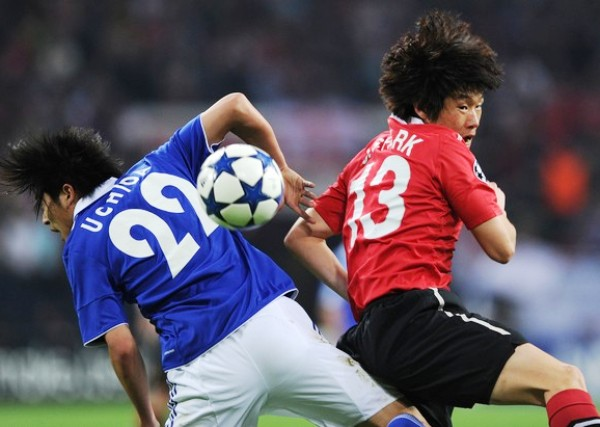 CON LOS OJOS BIEN ABIERTOS. Unos de los duelos que tuvo el cotejo fue el protagonizado por los asiáticos Park Ji-Sung  y Atsuto Uchida. No obstante, el ganador al final de los noventa minutos sería el cumplidor extremo del Manchester. (Foto: AFP)