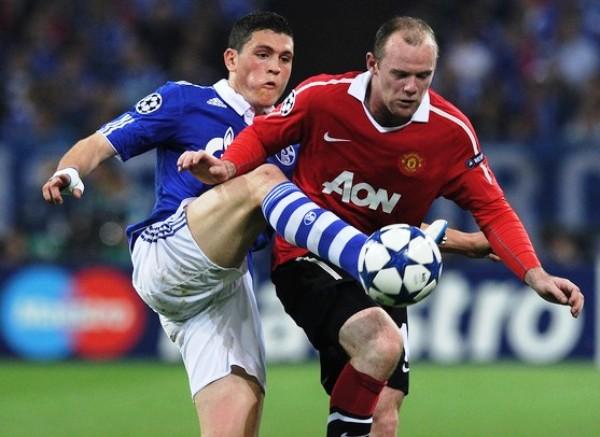 TORO MATA. A pesar de la fuerza y la concentración de Kyriakos Papadopolou, el griego no pudo contener las arremetidas de Wayne Rooney.  La estrella del cuadro rojo se hizo presente en el marcador al decretar el definitivo 0-2. (Foto: AFP)