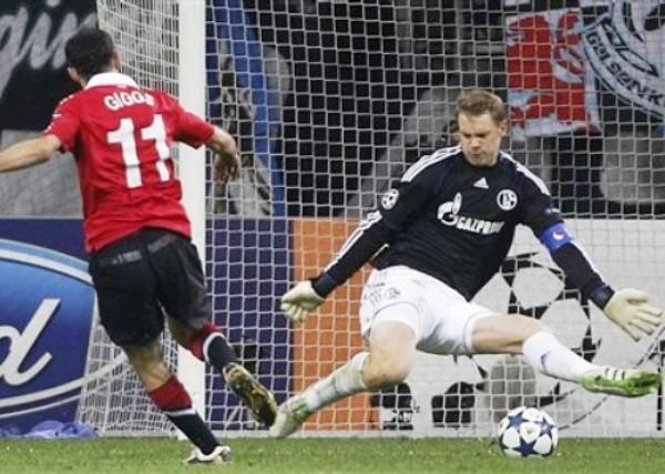 EL PESO DE LA EXPERIENCIA. Giggs abrió el camino de la victoria en Gelsenkirchen. El símbolo del Manchester definió de esta manera ante la salida de Neuer. (Foto: AP)