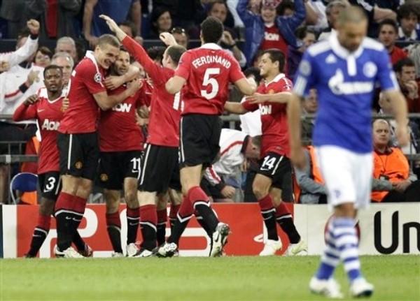 SOMOS GIGGS. Todos los jugadores del Manchester no dudaron en acercarse al volante galés para celebrar el primer tanto del cotejo. (Foto: AP)