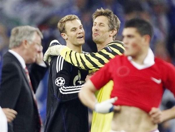MERECE UNAS PALABRAS APARTE. A pesar de la derrota el golero del SchalkeManuel Neuer fue felicitado por su colega Edwin van der Sar. (Foto: AP)